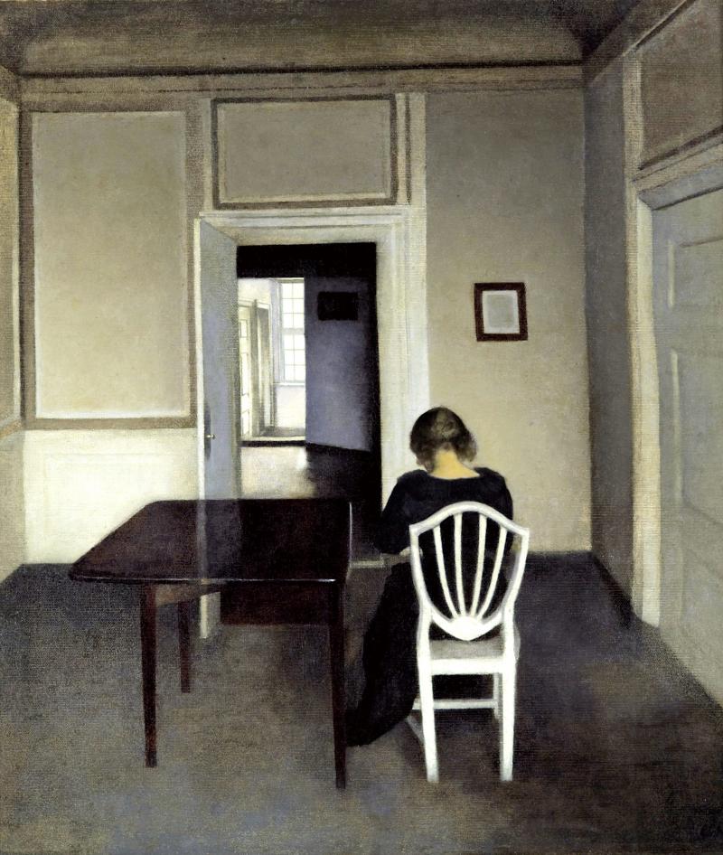 Interiør med Ida i en hvid stol