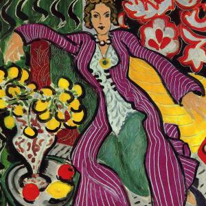 Femme en manteau violet
